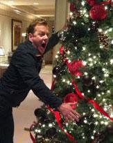 K・サザーランド、ゴシップをパロディーにしたクリスマスカードを公開
