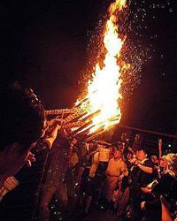 やけどなんてお構いなしに石段を上る男たち! 「鞆のお手火祭り」に潜入